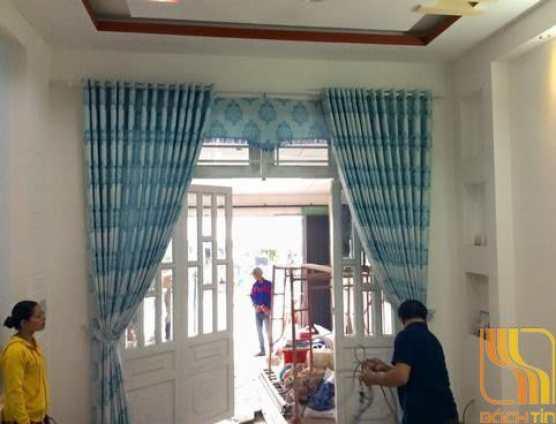 Rèm vải hoa văn màu xanh cho phòng khách